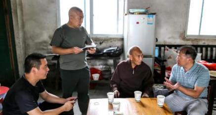 全州县龙水镇携派出所民警为九旬老人办理身份证