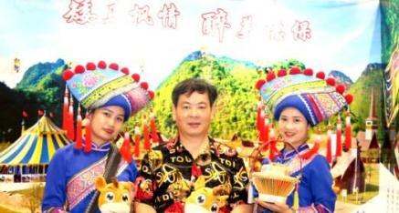 中华神州网唐国宣采访德保矮马王国代表黄玉满、潘爱莲